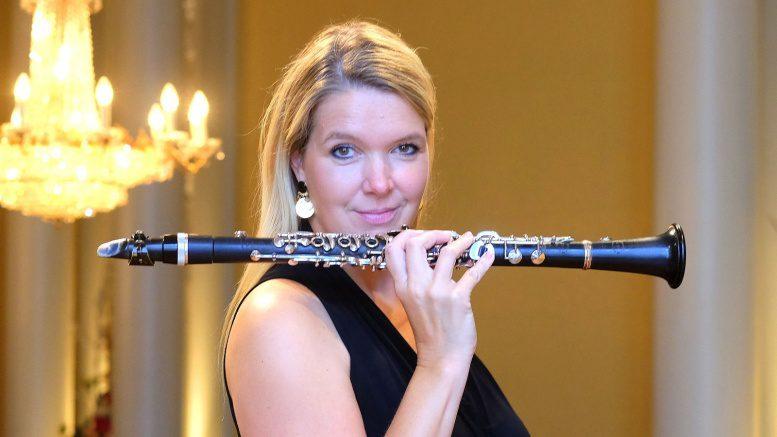 Die Musikerin Sabine Grofmeier mit Klarinette