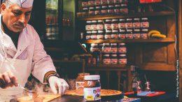 Süß und lecker Nutella Crepes werden gemacht
