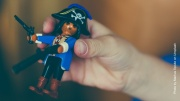 Kinderhand mit Playmobilfigur Pirat