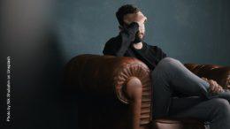 Ein Mann mit Problemen sitzt in einem Ledersessel