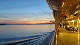 Abendstimmung an Bord eines Kreuzfahrtschiffes