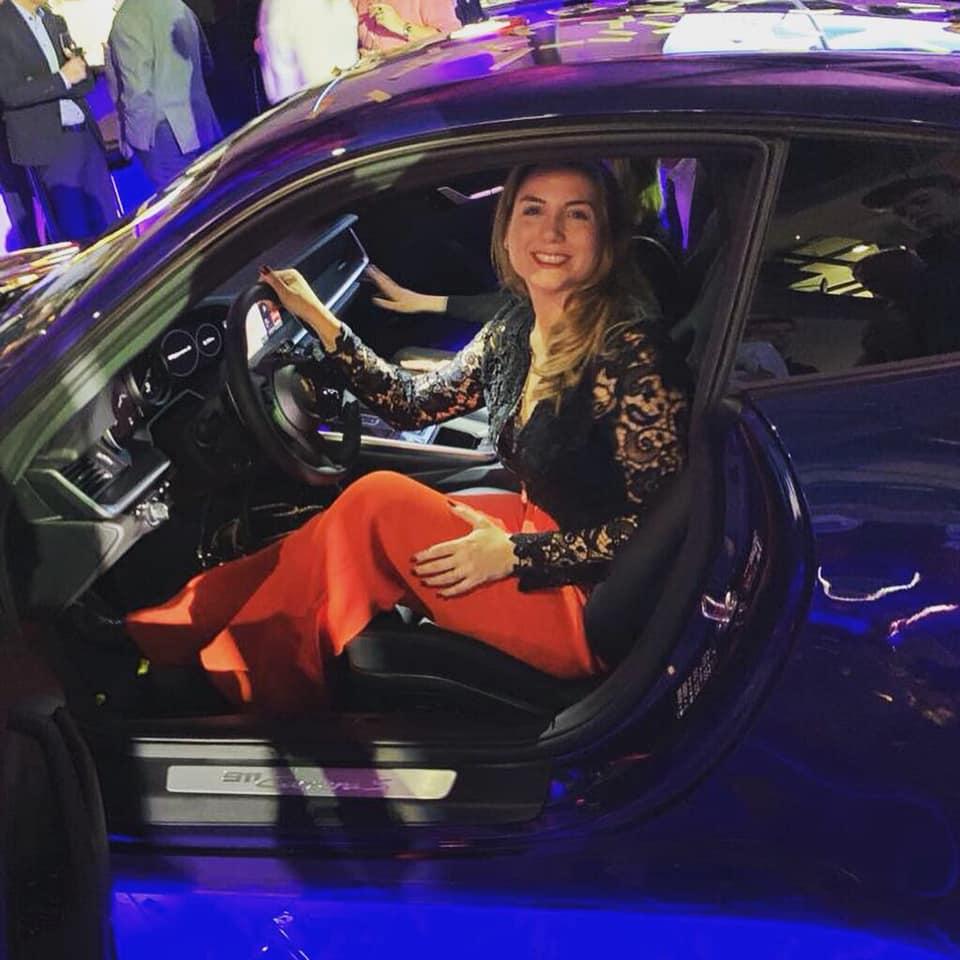 Anna Leusch sitzt in einem Porsche