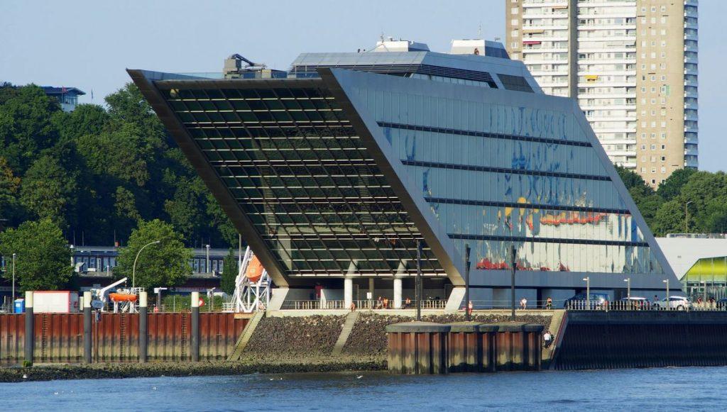 Blick vom Wasser auf das Docklandhaus in Hamburg