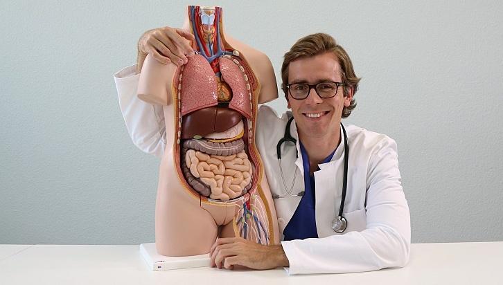 Der Arzt Dr. Johannes Wimmer mit einem Torso