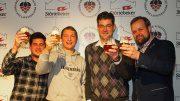 Gruppenbild im Störtebeker Männer mit Bierglas