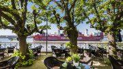 Containerschiff auf der Elbe im Vordergrund die Lindenterrasse