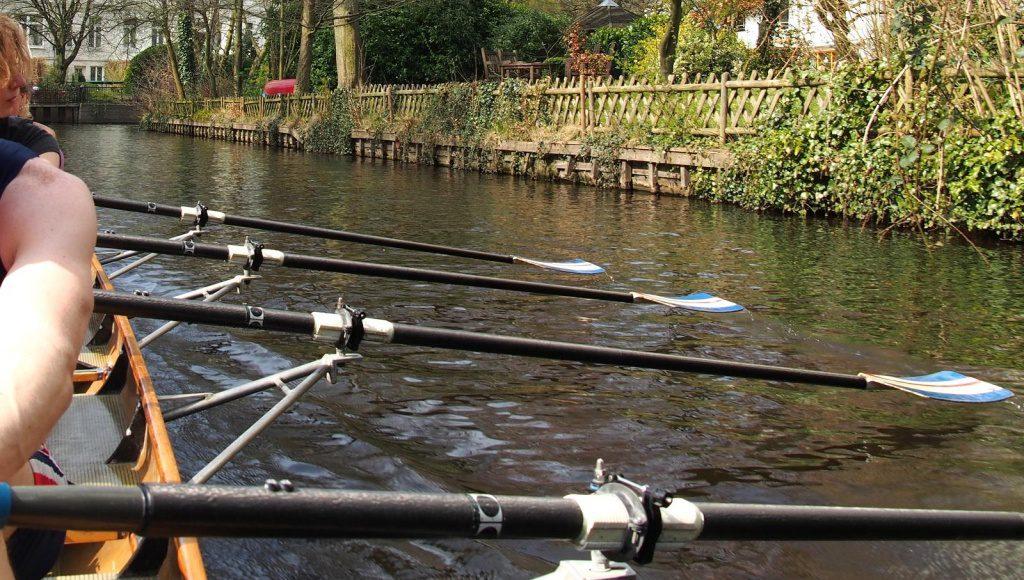 Ruderboot auf einem Alsterkanal
