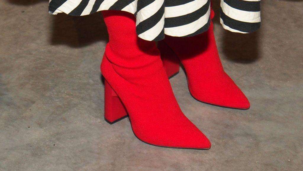 Rote Stiefeletten und Frauenrock