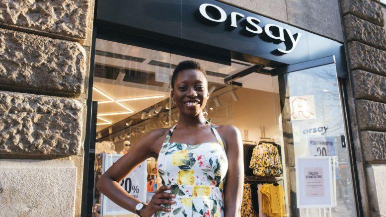 Toni Dreher in Hamburg vor einem ORSAY Store