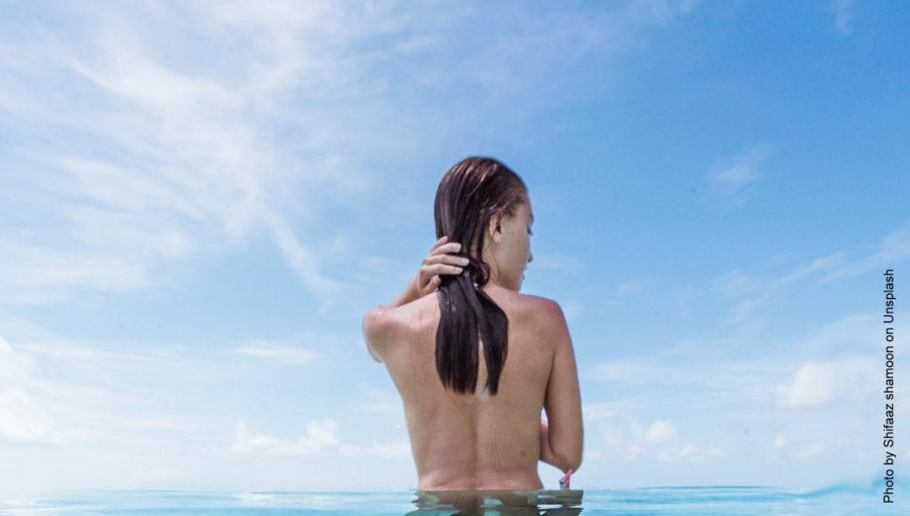 FKK Baden eine Frau im Wasser