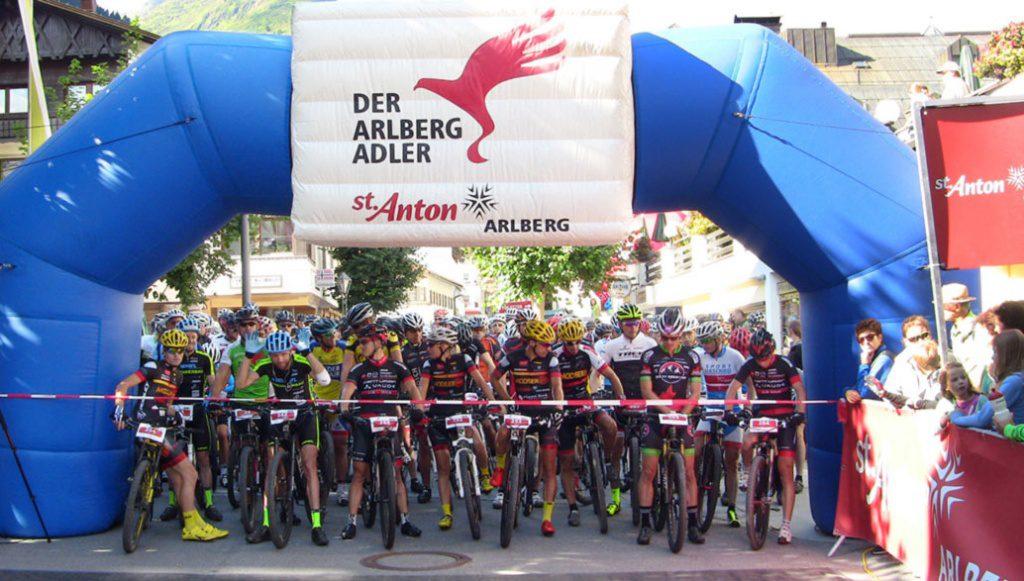 Mountainbikefahrer beim Start in St. Anton