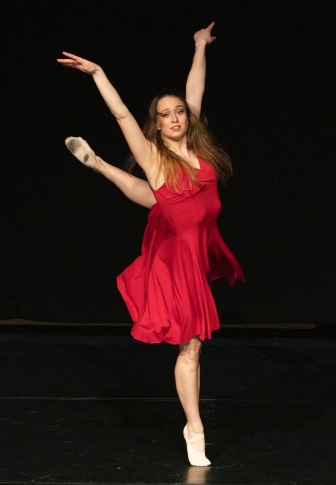 eine Tänzerin im roten Kleid