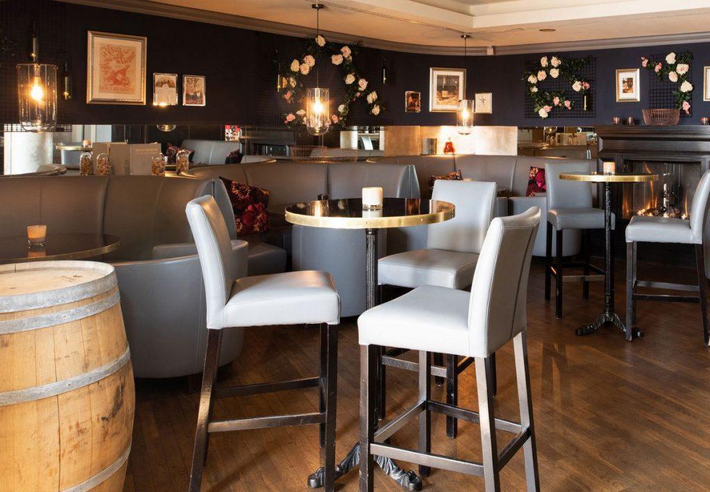 Carls Weinbar in der HafenCity Hamburg Innenansicht mit Bar