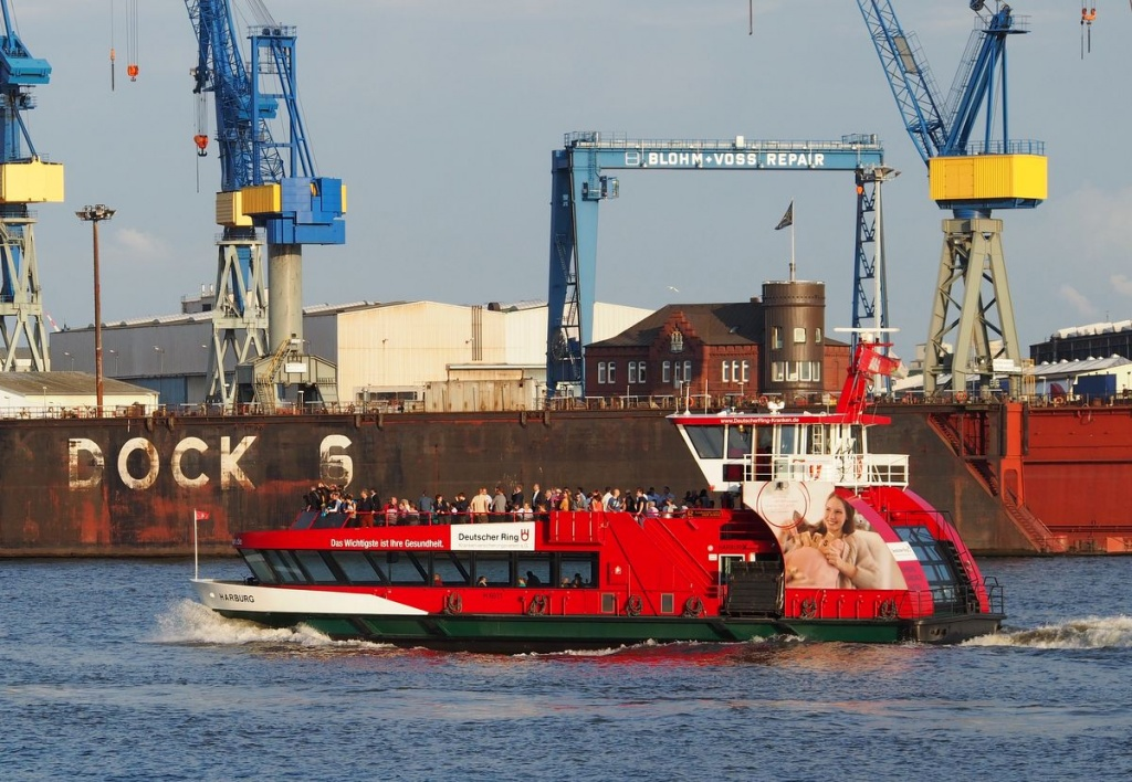 Ein rotes Fährschiff im Hamburger Hafen