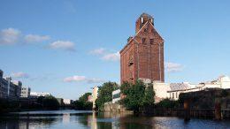 Altes Getreidesilo am Kanal