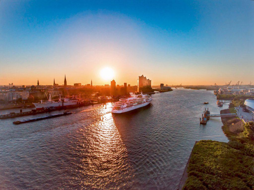MS Europa auf der Elbe in der Abendstimmung