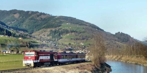 Lokalbahnzug mit Diesellok in Österreich