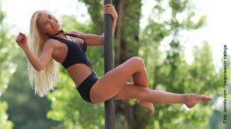 Frau an der Pole Dance Stange