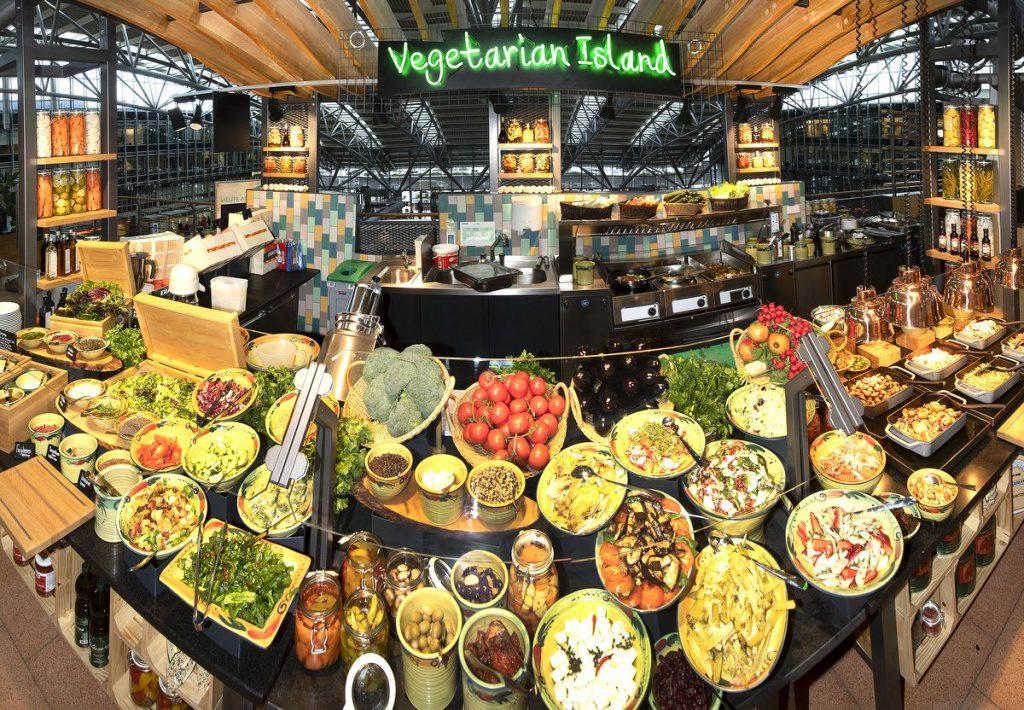Viel Salat- und Gemüseauswahl in der vegetarischen Insel im Mövenpick Marché Restaurant
