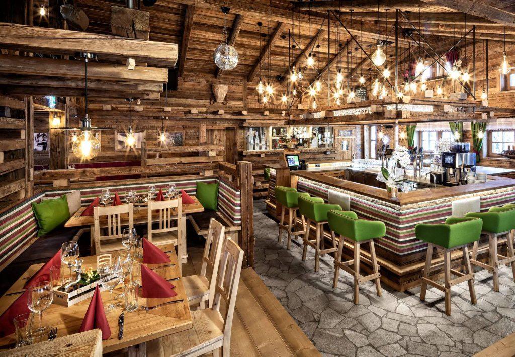Blick ins Restaurant des Chaletdorfs mit Bartresen