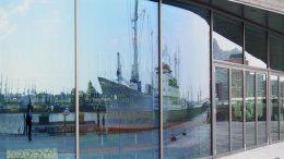 ALEX an den Überseebrücke - die Cap San Diego spiegelt sich in den Scheiben
