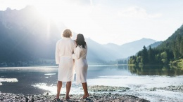 Paar an einem See