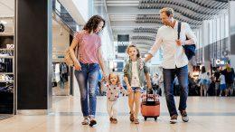 Familie auf dem Hamburger Flugplatz