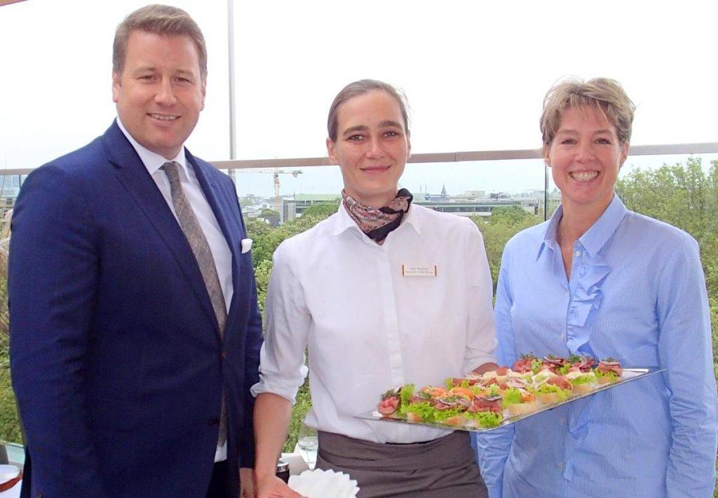Christina Block mit Barmanagerin Julia Buchholz und Direktor André Vedovilli