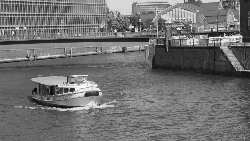 Brücke über den Zollkanal mit Barkasse in Hamburg