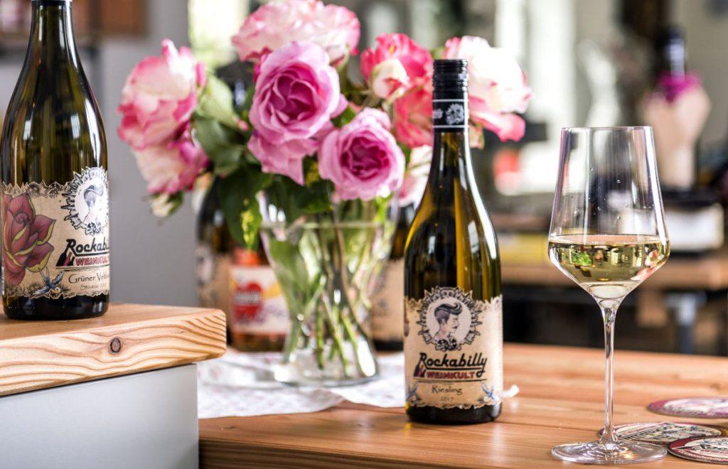Rockabilly Weinflasche mit Blumen