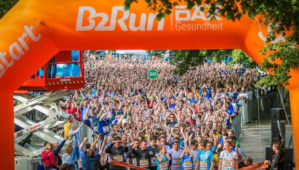 Start zum B2B Run am Volksparkstadion mit Startbogen