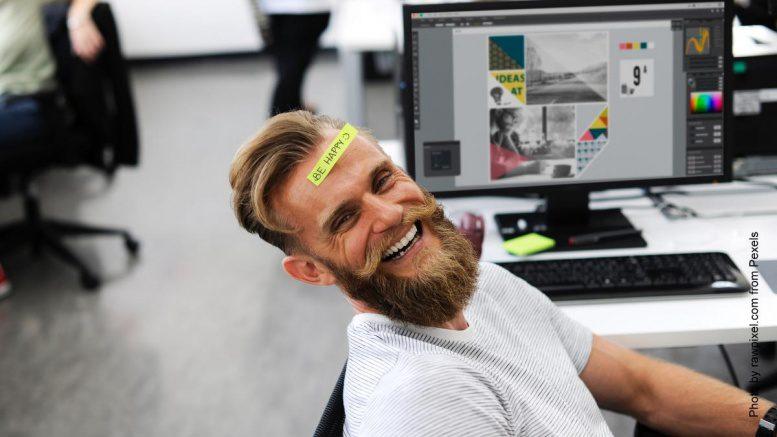 Mann im Büro mit Post it auf der Stirn