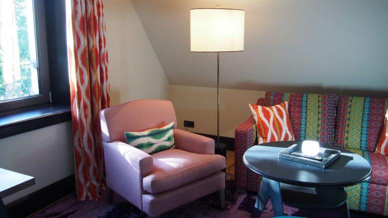 Sessel und Couch in einem Apartment