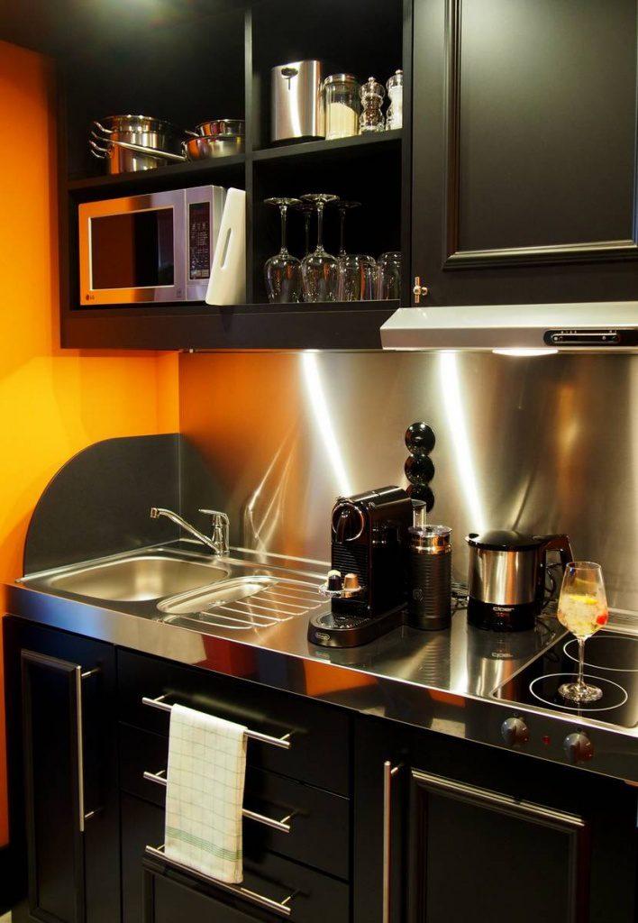 Eine kompakte kleine Küche in Schwarz