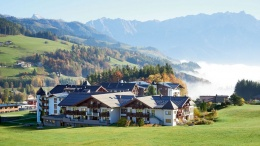 In den österreichischen Alpen, das Hotel Krallerhof mit Bergpanoram