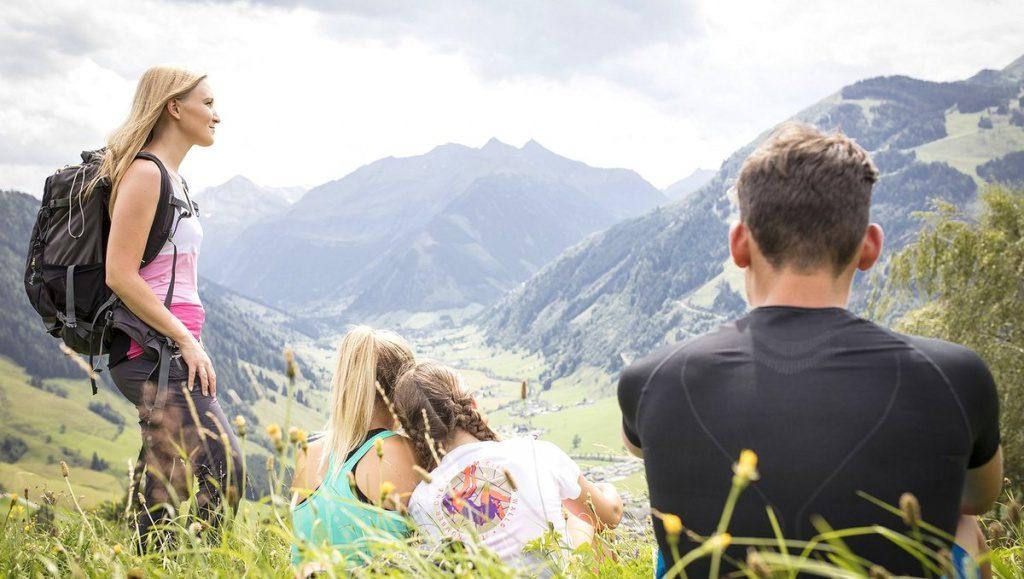 Wandergruppe mit Bergblick
