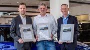 Drei Serviceleiter von Auto Wichert mit Urkunde
