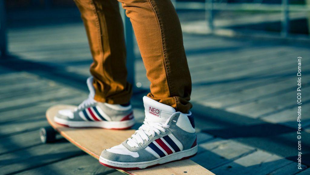 Sneakers und Skatebord