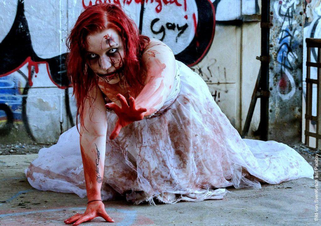 Eine Zombiefrau im weissen Kleid