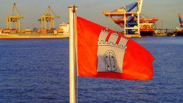 Die Hamburger Flagge auf der Elbe