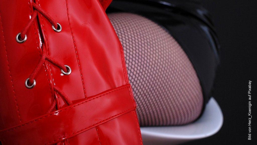 Frau mit roten Lackstiefeln