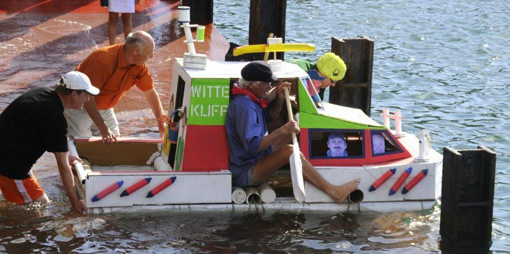 Pappboot im Helgoländer Hafen