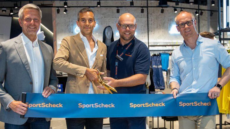 Die Geschäftsführer von SportScheck durchschneiden das Blaue Band