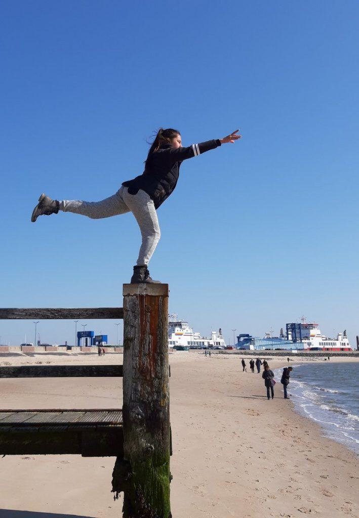 Föhr: Yogaübung auf einem Steg an der Nordsee