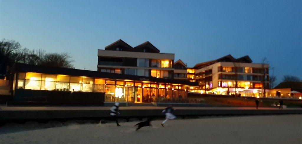 Föhr: Das Upstalaboom Hotel am Abend