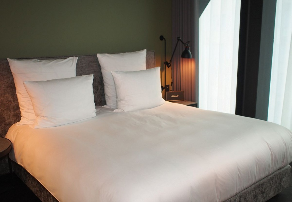 Hotelbett im East Hotel Hamburg St. Pauli