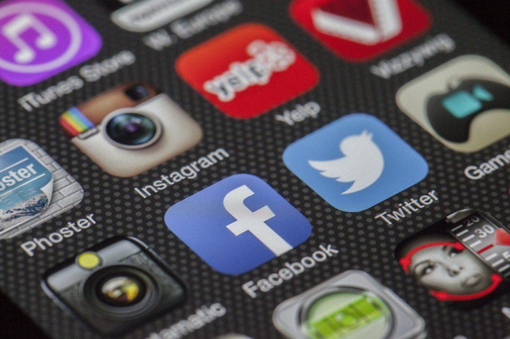 Mehrere App-Symbole auf dem Bildschirm eines Smartphones