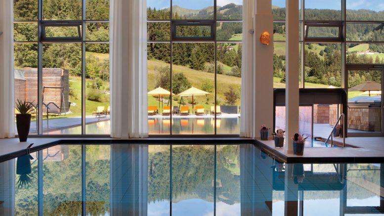 Indoor Pool im Hotel