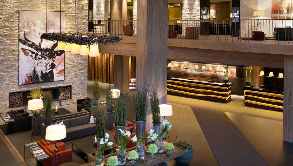 Blick in die Lobby des Hotels Das Tirol