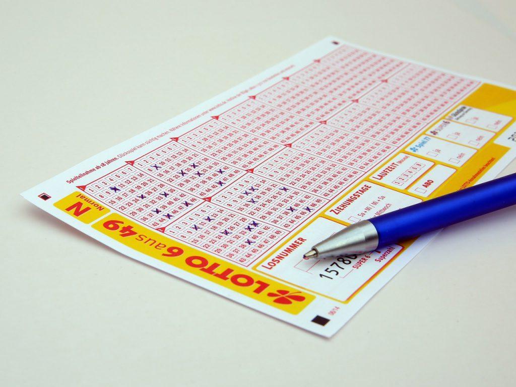 Lottoschein und Stift auf einem Tisch.
